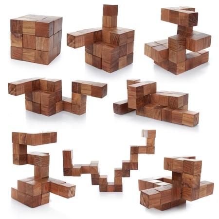 Holzpuzzle, isoliert auf weißem Hintergrund