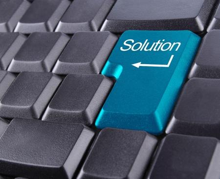 computer problems: tastiera con il pulsante soluzione blu