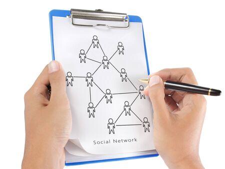 Hand zeichnen ein soziales Netzwerk Schema auf einem Klemmbrett