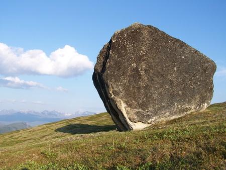 Onregelmatige Boulder Rustend op Toendra in de Alaska Range met Sky en Wolken