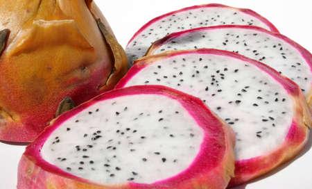 Dragonfruit 절반 과일 옆에 조각.