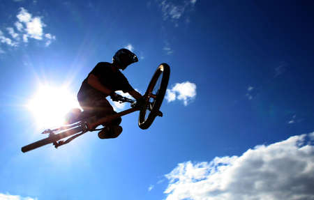 A mountainbiker flys across the sky during a freeriding contest held in Whistler, BC. Stok Fotoğraf