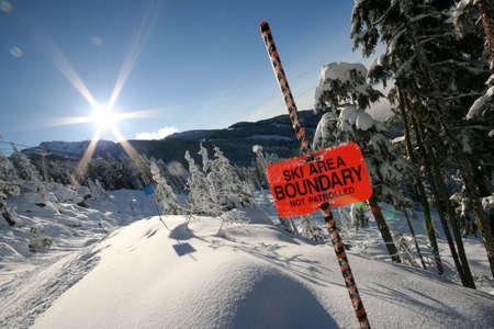 El sol brilla más brillantes de montaña Whistler.  Foto de archivo - 662786