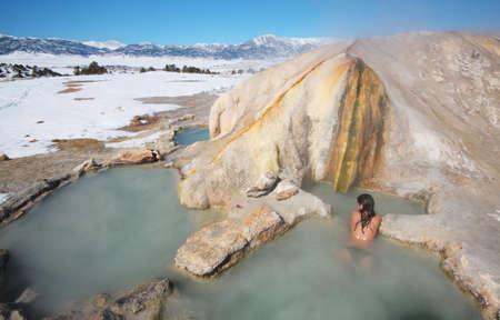relaxes: Una chica se relaja en la piscina natural de aguas termales.
