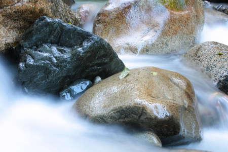 damp: Silky acqua fluisce attraverso umido massi in Squamish, BC. Archivio Fotografico