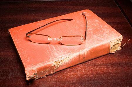 gafas de lectura: viejo libro de lectura y gafas