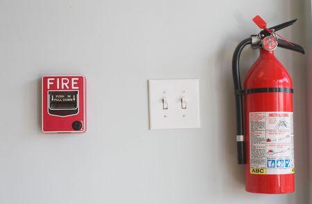 estacion de bomberos: De alarma contra incendios y Extiguisher  Foto de archivo