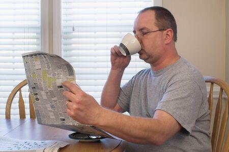 hombre tomando cafe: Hombre de beber caf� y leer el peri�dico