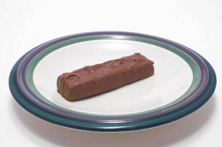candy bar: Una deliciosa barra de chocolate dulce en un plato.  Foto de archivo