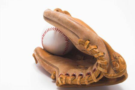 gant de baseball: Un baseball int�rieur d'un gant de baseball.  Banque d'images