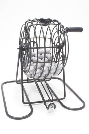 bingo: Un juego de bingo jaula con bolas numeradas.  Foto de archivo