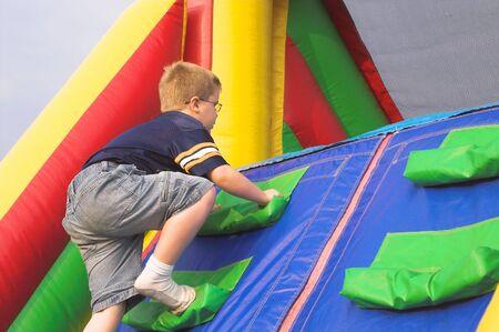 Een jonge jongen die spelen op een obstical natuurlijk.