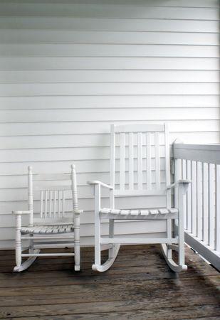 front porch: Un adulto y del ni�o mecedoras sobre un porche delantero.