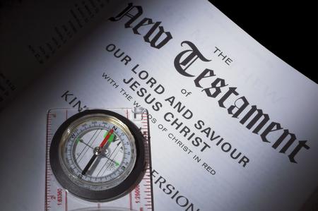 Een kompas wijzen de weg naar het nieuwe Testament. Stockfoto