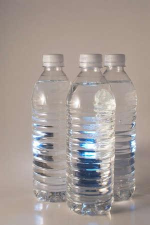 distilled water: Primavera fresca agua mineral en una botella de pl�stico.