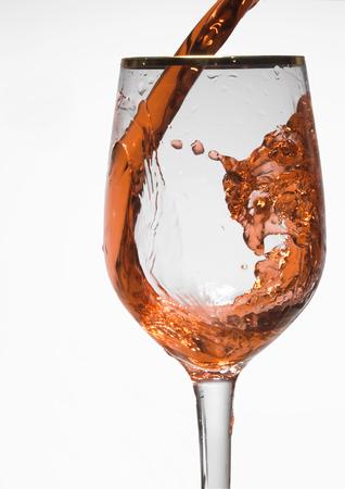 ワインのゴブレットで赤ワインのガラス。