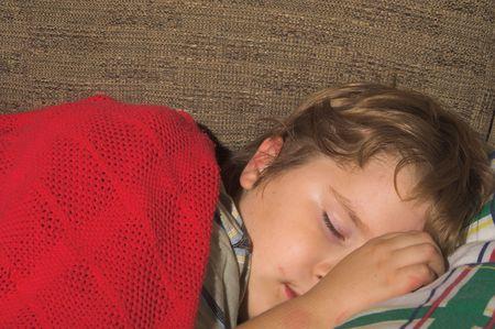 Un chico joven, con una cara sucia, dormir  Foto de archivo - 1797060
