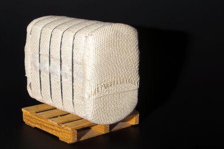 fardos: Un fardo de algod�n en bruto en una paleta.