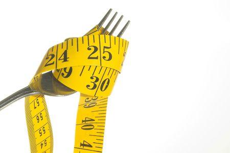 Weight Loss Concept - Een maat van de band te gieten in een drinkglas. Stockfoto