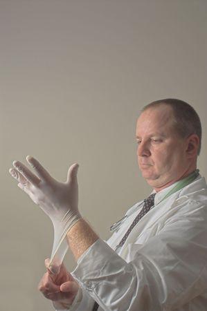 sich b�cken: Ein proctologist Vorbereitung f�r eine Pr�fung des Patienten.