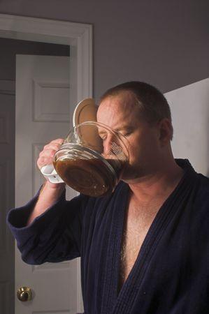 hombre tomando cafe: Un hombre bebiendo caf� directamente de la olla.