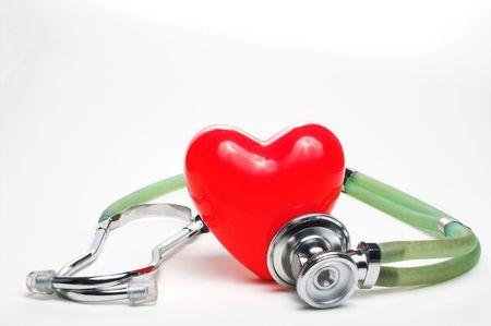 estetoscopio corazon: Una forma de coraz�n rojo y un estetoscopio m�dico.  Foto de archivo