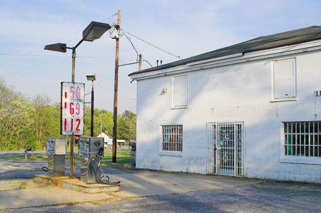 old service station: Vecchia stazione di benzina con i vecchi prezzi di benzina.  Archivio Fotografico