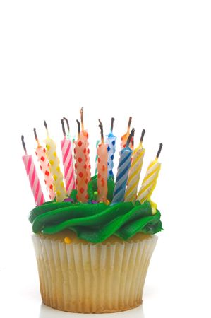 torta compleanno: Un cupcake coperto di candeline colorate.