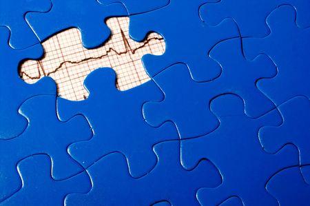 missing piece: Un puzzle con un EKG en virtud de una pieza faltante.