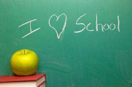 sachant lire et �crire: I Love School �crit sur un tableau noir.