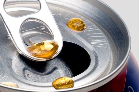 carbonation: A Cola por goteo en la parte superior de un refresco pueden.