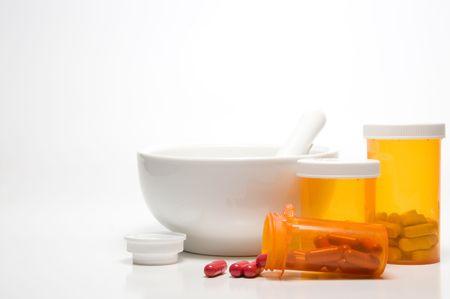 doses: Voorschrift medicijn flessen en een mortier en een stamper.