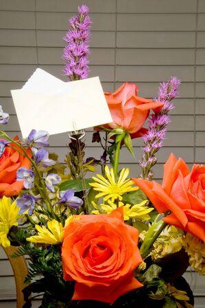 proximamente: Un ramo de flores con una tarjeta.  Foto de archivo