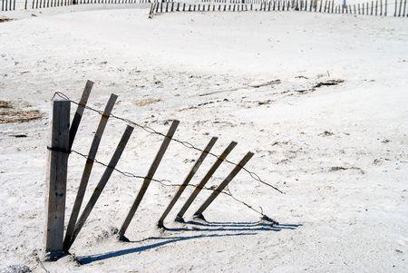 海砂のビーチの侵食フェンス。