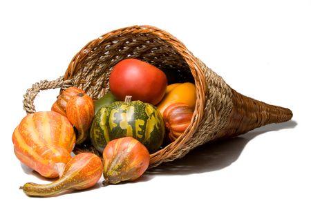 cuerno de la abundancia: La tradicional celebraci�n de D�a de Acci�n de Gracias cosecha cornucopia de mimbre. Foto de archivo