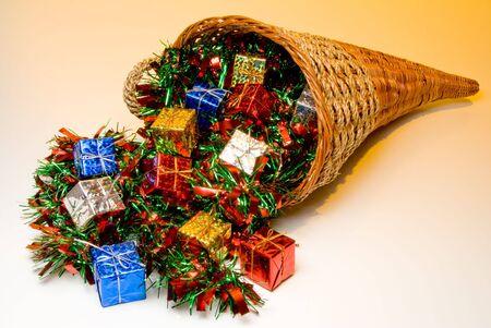 bounty: A cornucopia llena de holidat regalos de Navidad.