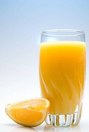 orange slice: Een glas sinaasappel sap met een oranje segment.