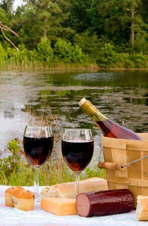 Rode wijn en diverse andere items picknick.