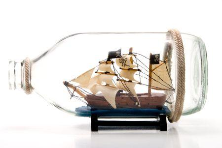 barco pirata: Un barco pirata en una botella de vidrio