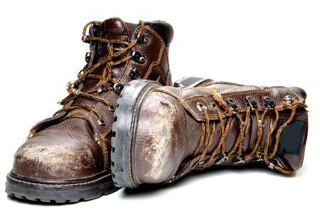 pieds sales: Une paire de bottes de travail bien us�s. Banque d'images
