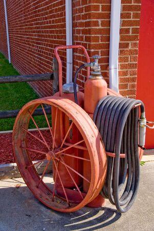estacion de bomberos: Un extintor de incendios Antique fuera de una estaci�n de bomberos. Foto de archivo