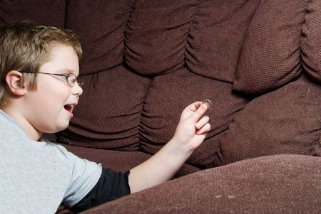 conclusion: Una persona encontrar dinero en cojines de sof�. Foto de archivo