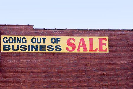 closing business: Un signo de un salir de negocio de venta de publicidad.