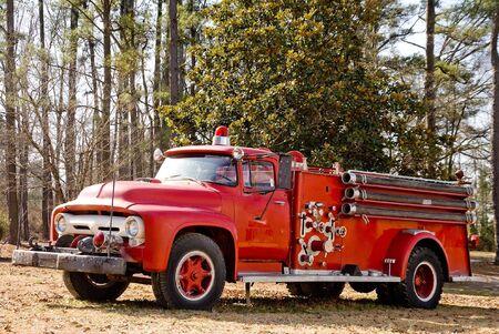Een oude vintage antiek brandweer klaar voor actie