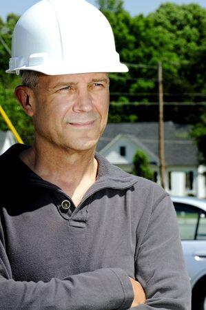 the job site: Un lavoratore maschio costruzione un sito di lavoro.