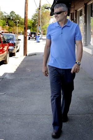 建物の横にある歩道を歩いて男 写真素材 - 6915488