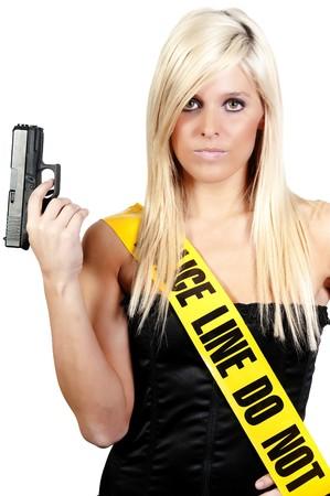 mujer con pistola: Juventud y bella mujer sosteniendo una pistola  Foto de archivo