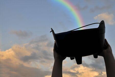 the end of a rainbow: Recogiendo el tesoro al final de un arco iris  Foto de archivo