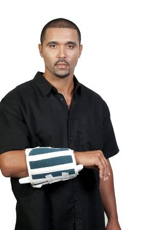 broken wrist: Un hombre estadounidense con un brazo roto