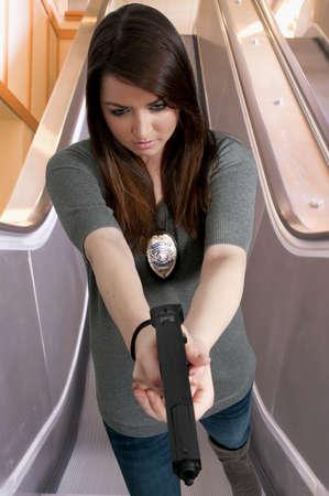 mujer policia: Una mujer detective de polic�a hermoso en el trabajo con una pistola